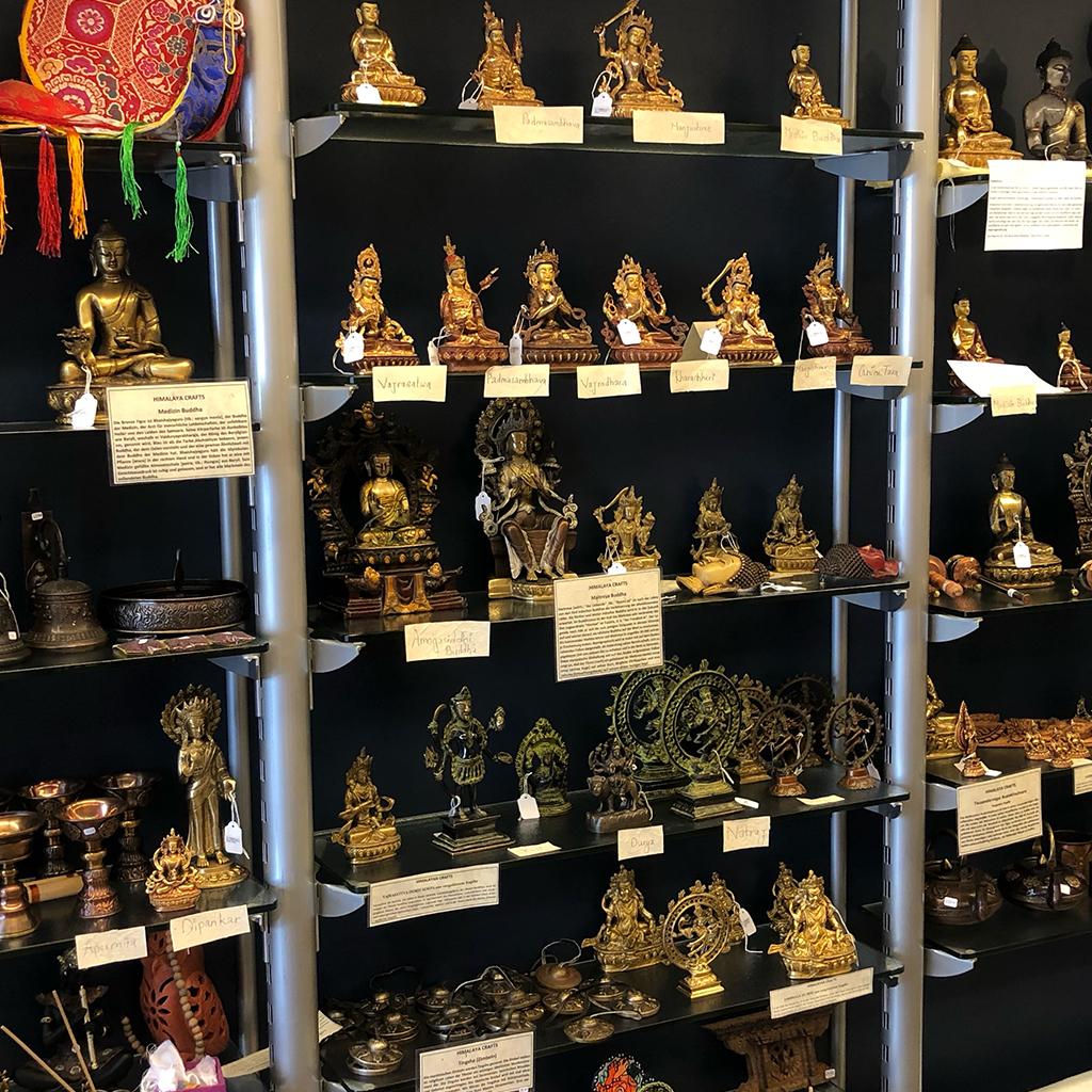 Ladengeschäft HimmalayaCrafts Innenansicht Statuen