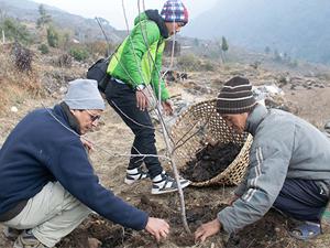 Baumpflanzung in Kiraule-Tal durch EcoHimaL Verein