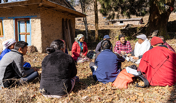 Namgel Sherpa im Gespräch mit Dorfbewohnern in Khiraule