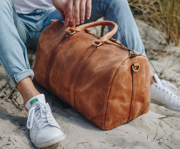 Weekend travel bag of leather for men and women