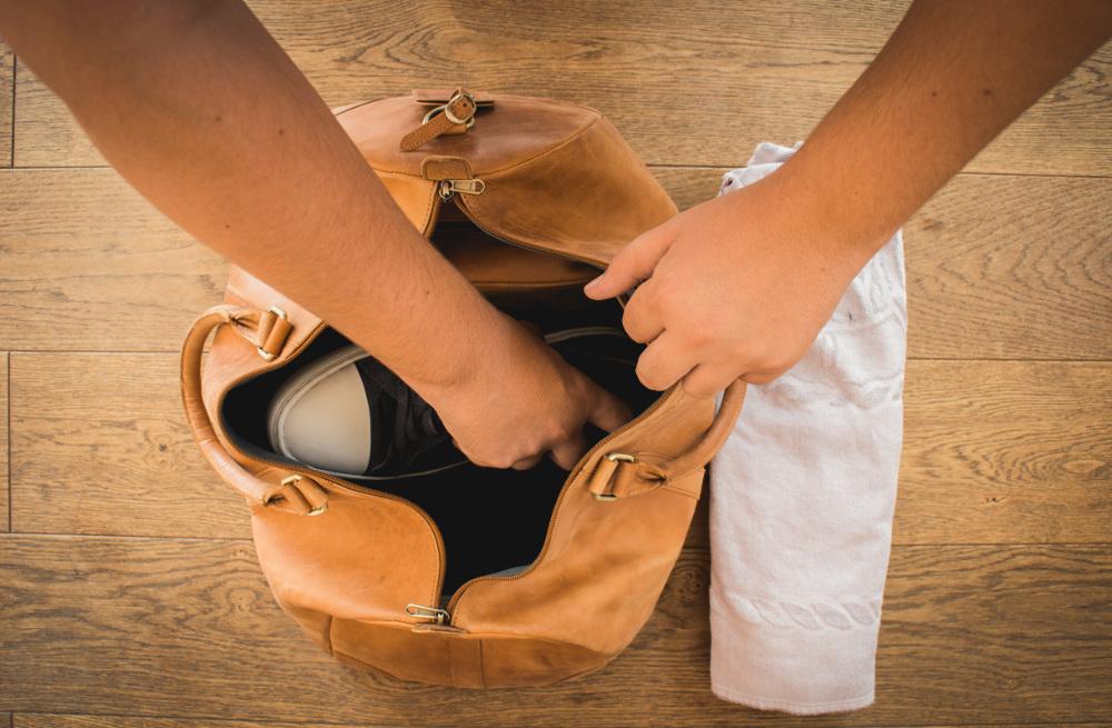 Schuhe und große Gegenstände am Boden platzieren